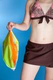 Vrouw in bal van het zwempak de holding gelaten leeglopen strand Stock Fotografie