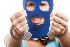 Vrouw in balaclava die handcuffs op handen toont Royalty-vrije Stock Foto