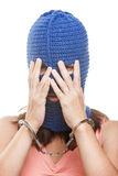 Vrouw in balaclava verbergend gezicht Stock Foto