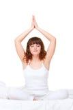 Vrouw in bed dat yogaoefening doet Royalty-vrije Stock Fotografie