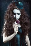 Vrouw in beeld van gotische buitenissige clown met vernietigde bloem Het effect van de Grungetextuur Royalty-vrije Stock Afbeeldingen