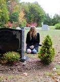 Vrouw in begraafplaats stock foto