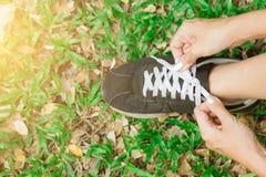 Vrouw bereid te lopen en bindende loopschoenen die worden stock fotografie