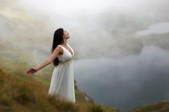 Vrouw in berg mystieke lucht Royalty-vrije Stock Foto