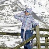 Vrouw in bergen royalty-vrije stock afbeelding