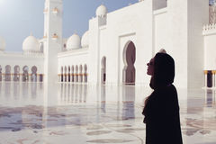 Vrouw in beroemd Sheikh Zayed Grand Mosque stock foto