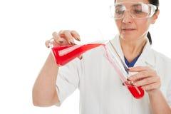 Vrouw betrokken bij chemisch onderzoek stock fotografie
