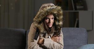 Vrouw bevriezen die camera in de koude winter bekijken stock videobeelden