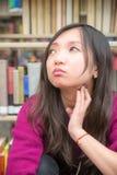 Vrouw in bibliotheek Royalty-vrije Stock Foto