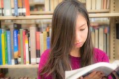 Vrouw in bibliotheek Stock Foto