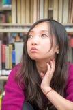 Vrouw in bibliotheek Stock Afbeelding