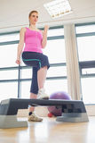 Vrouw bij aerobicsklasse in gymnastiek Stock Afbeeldingen
