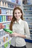 Vrouw bij apotheek het kopen shampoo stock foto's