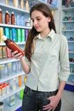 Vrouw bij apotheek het kopen shampoo royalty-vrije stock foto