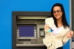 Vrouw bij ATM Royalty-vrije Stock Afbeelding