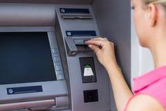 Vrouw bij ATM Stock Fotografie