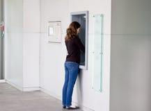 Vrouw bij ATMmachine Stock Foto