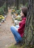 Vrouw bij begraafplaats Stock Fotografie