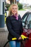 Vrouw bij bij te tanken benzinestation Royalty-vrije Stock Afbeeldingen