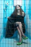 Vrouw bij blauw toilet Royalty-vrije Stock Fotografie