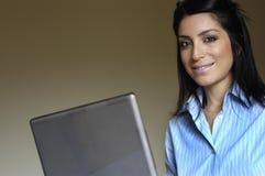 Vrouw bij computer Stock Foto's