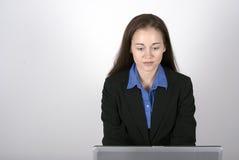 Vrouw bij computer Stock Fotografie