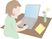 Vrouw bij computer Stock Afbeeldingen