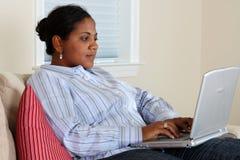 Vrouw bij Computer Stock Foto
