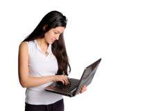 Vrouw bij computer de status Stock Foto's