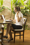 Vrouw bij Computer op Telefoon Royalty-vrije Stock Foto's