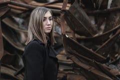 Vrouw bij de achtergrond van gebroken bouw stock foto