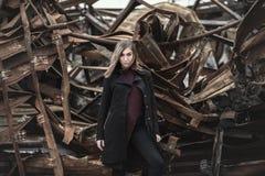 Vrouw bij de achtergrond van gebroken bouw stock afbeelding