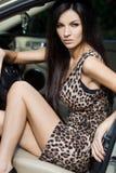 Vrouw bij de auto Royalty-vrije Stock Afbeeldingen