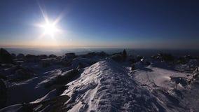 Vrouw bij de bovenkant van de berg