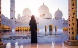 Vrouw bij de Grote Moskee in Abu Dhabi royalty-vrije stock afbeeldingen