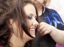 Vrouw bij de haarsalon Stock Fotografie