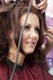Vrouw bij de haarsalon Stock Foto