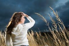 Vrouw bij de herfstgebied Stock Foto