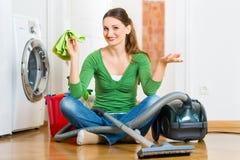 Vrouw bij de lente het schoonmaken Stock Afbeelding