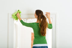 Vrouw bij de lente het schoonmaken Stock Foto