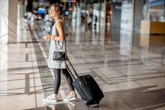 Vrouw bij de luchthaven stock afbeelding