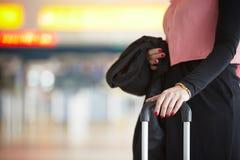 Vrouw bij de luchthaven stock fotografie