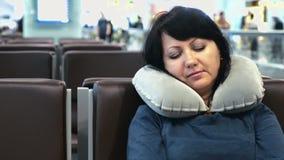 Vrouw bij de luchthaventerminal van de nacht lege gang stock videobeelden