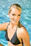 Vrouw bij de pool stock fotografie