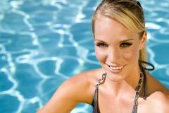 Vrouw bij de pool royalty-vrije stock fotografie