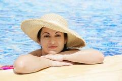 Vrouw bij de pool Stock Afbeelding