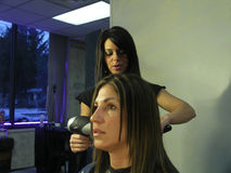 Vrouw bij de salon Royalty-vrije Stock Foto's