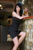 Vrouw bij de staaf Stock Fotografie