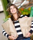 Vrouw bij de supermarkt Royalty-vrije Stock Afbeelding