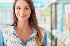 Vrouw bij de supermarkt stock afbeeldingen